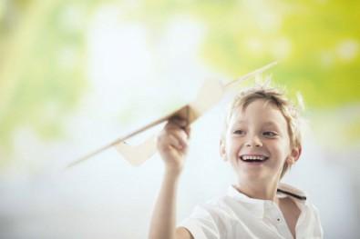 ROLLENLAND Kind mit Holzflieger