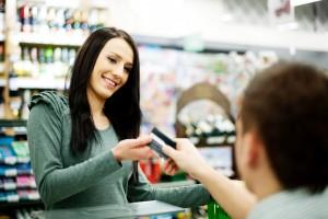 Einkauf: Kundin bezahlt mit Karte