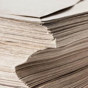 tapel mit Umschlägen aus recyceltem Papier