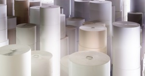 Ein Papierrollenlager in der Papierfabrik