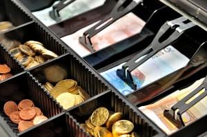 Geld in einer geöffneten Geldschublade einer Registrierkasse