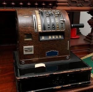 Alte Registrierkasse aus Holz