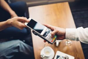 Kontaktloser Bezahlvorgang mit einem Smartphone in der Gastronomie