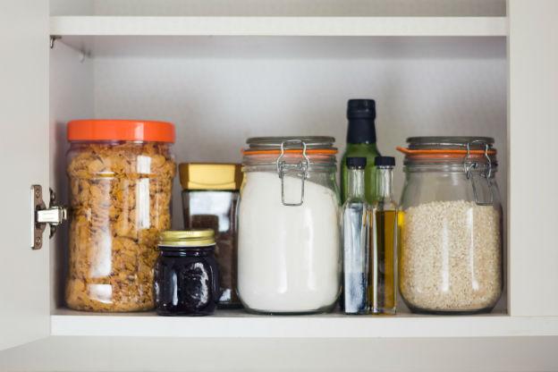 Vorratsschrank mit Lebensmitteln in Glasbehältern gelagert