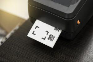 Ein Barcode-Etikettendrucker, der ein Etikett druckt.