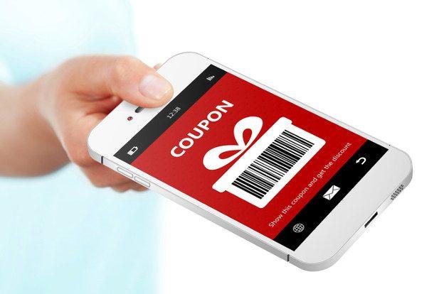 Eine Hand, die ein Smartphone hält, auf dem ein Rabattcoupon zu sehen ist