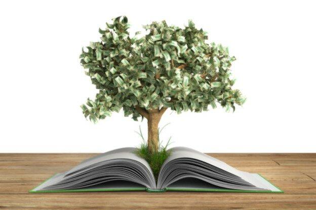 Baum wächst aus einem Buch heraus