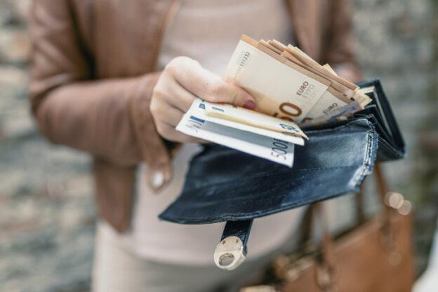Frau hält Geldscheine in der Hand